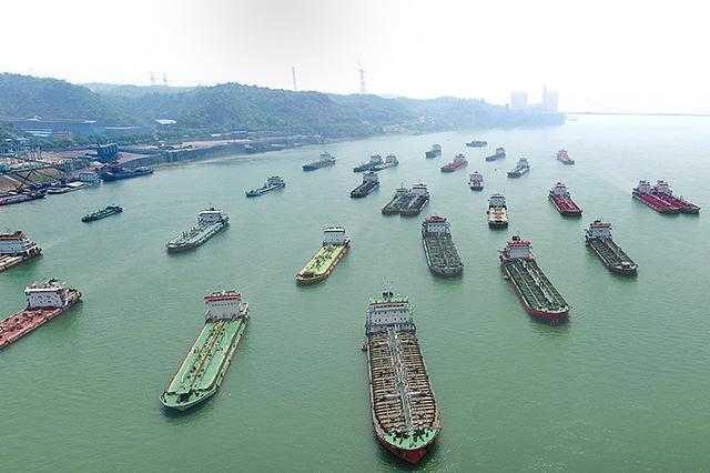 航拍长江宜昌段货船长龙