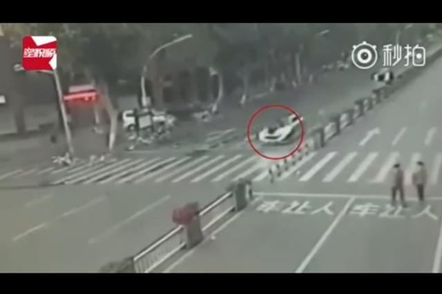 行人斑马线被外籍男子驾车撞飞 腾空翻转数圈当场身亡