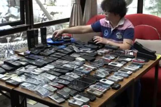80后女子15年花8万 收藏300多台古董级手机