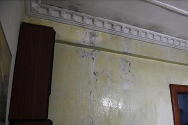 武汉一楼房楼顶供水管破裂 楼下两住户家中成水帘洞