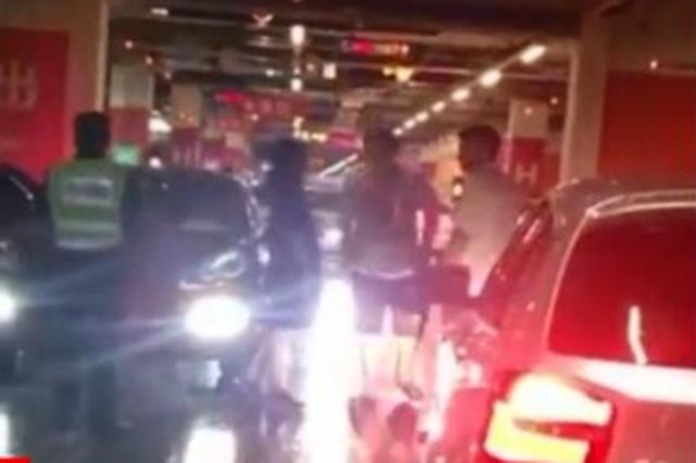 保时捷车主没找到车位堵住停车场 保安劝说遭暴打