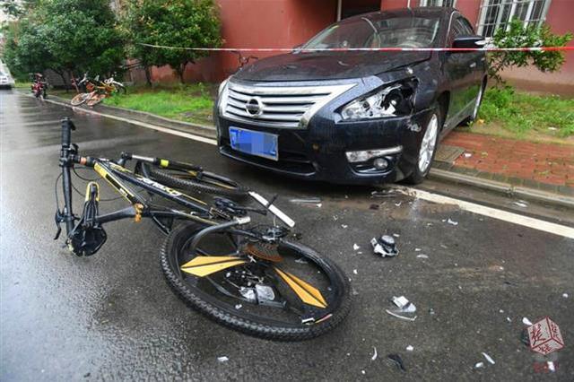 武汉一男子砸烂楼道消防设施 又从23楼扔下3辆自行车