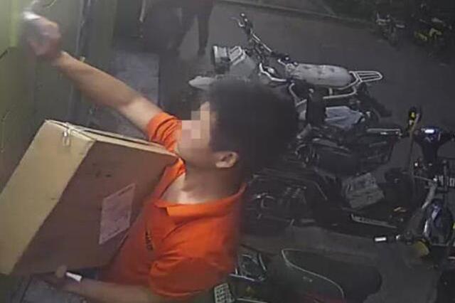 武汉女子打开快递柜是空的 快递员拿走包裹反赖客户
