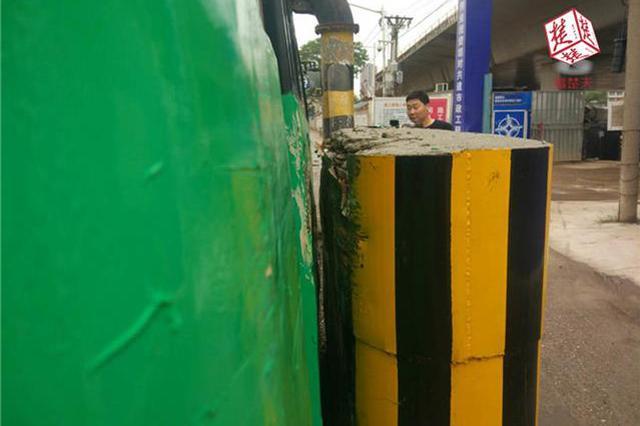 武汉岱山二桥路面颠簸不堪 导致多辆公交被路桩划伤