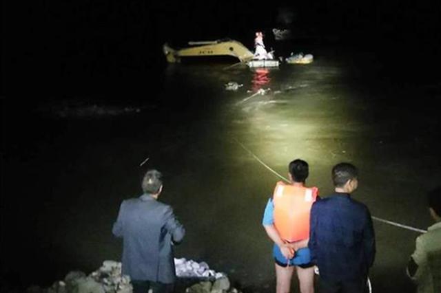 湖北一挖掘机司机被困山洪中 警民划竹筏摆渡救人
