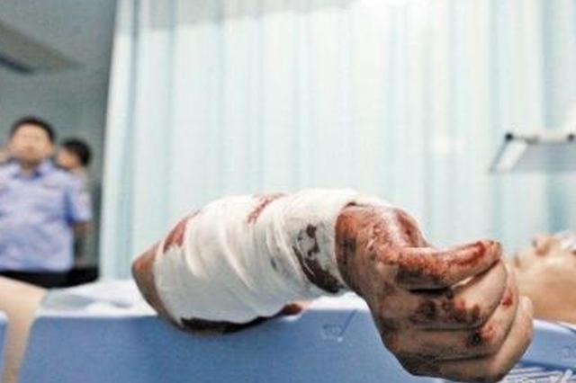 湖北一老人拿刀自残 民警用手臂挡刀将其救下
