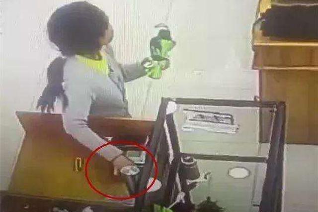 女子顺手牵羊偷走他人手机 在地铁站遇到失主被抓获