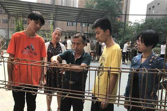 武汉这个学校不一样 期末考试要学生扎钢筋盖房子