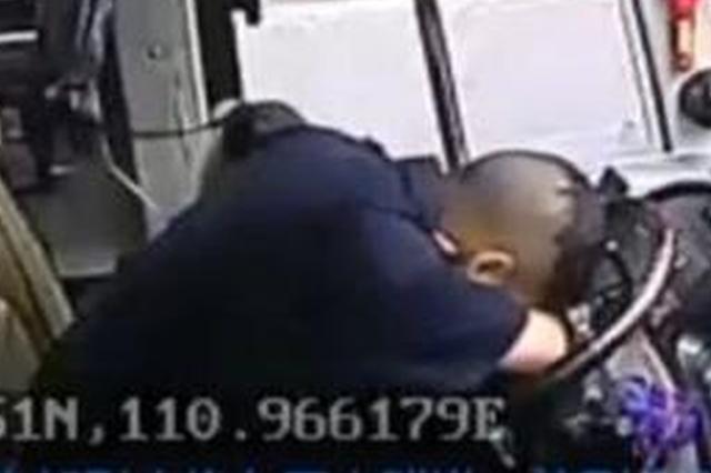 湖北一司机突发腹部绞痛 身体撑方向盘保住12名乘客