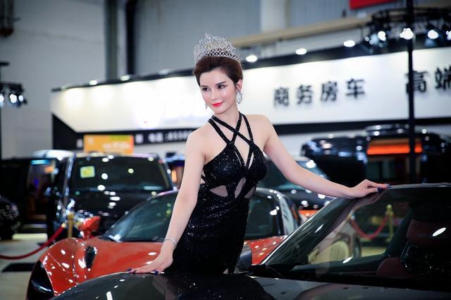 华中国际车展豪车云集 美女车模抢眼