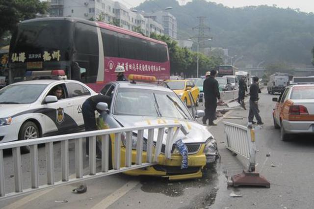 湖北荆门民警在事故现场面露笑容 官方:深表歉意