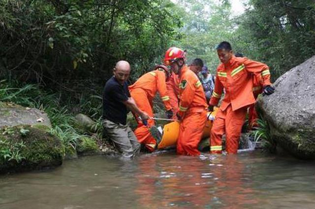 驴友探险失足摔伤被困宜昌深山 消防抬担架趟河救人