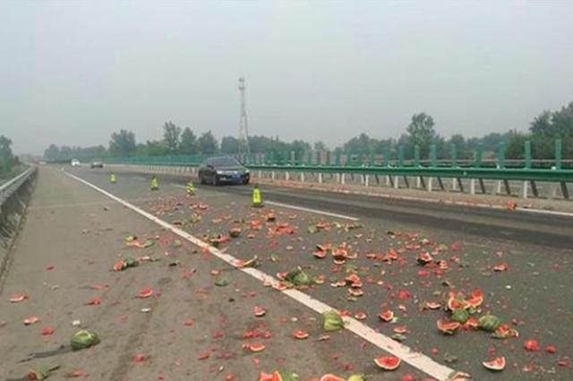 满车西瓜翻在湖北高速上 民警意外查出一个假司机