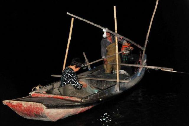 湖北一男子晚上电鱼106公斤 被执法员当场抓获