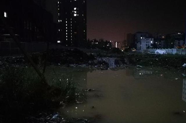 武汉一处自来水管突然破裂 马路积水难行