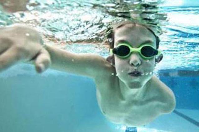 武汉一十岁男童小区泳池游泳 第二天眼睛又红又肿