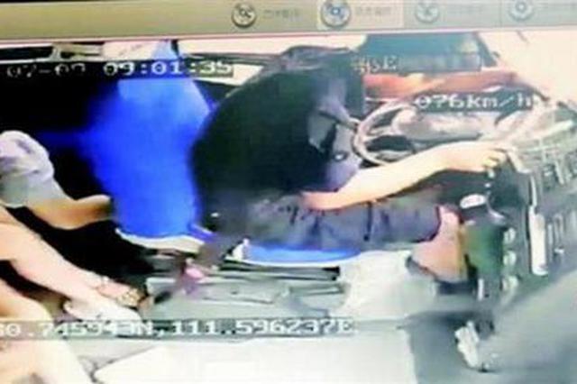 司机驾驶时被飞来异物砸中 忍痛停车乘客无恙