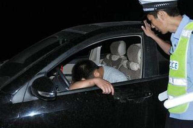 湖北醉驾司机凌晨停车高速中间 手边还放着半瓶茅台