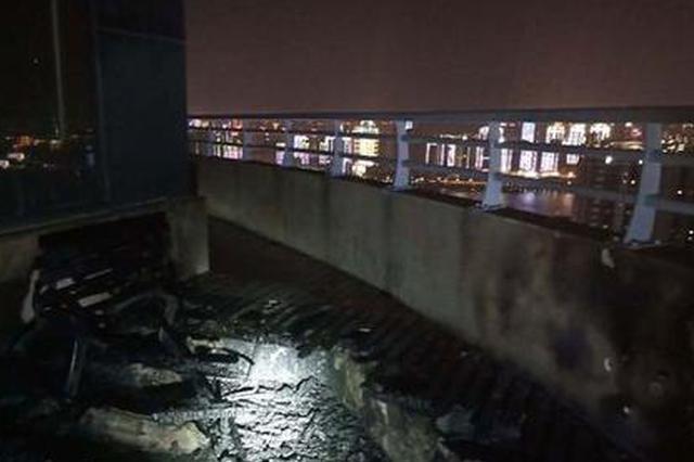 武汉平安大厦写字楼着火 消防官兵赶往现场扑救
