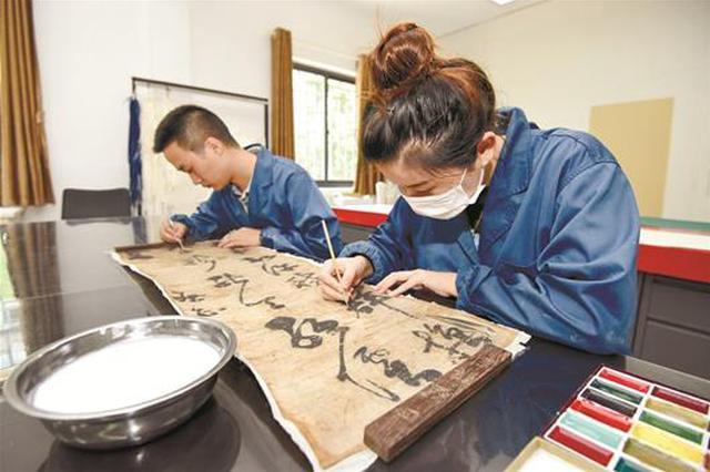 荆州博物馆首次修复纸质文物 118套古代书画将获新生
