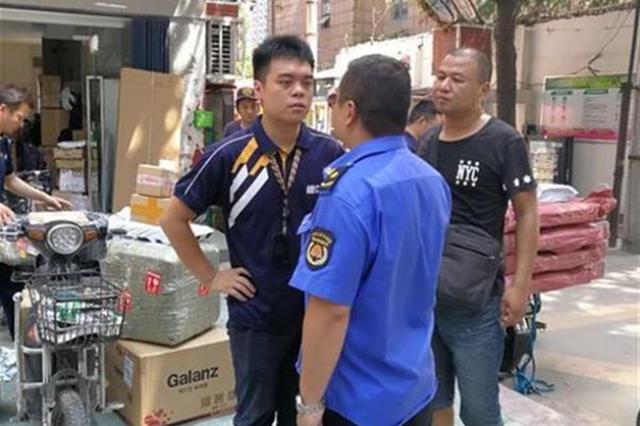 快递员因占道遭制止辱骂城管员 执法人员暂扣物品