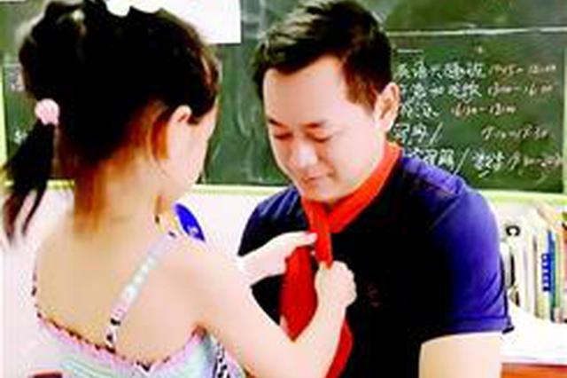 宜昌7岁女孩目睹父亲跳江救人 为爸爸颁发手写奖状
