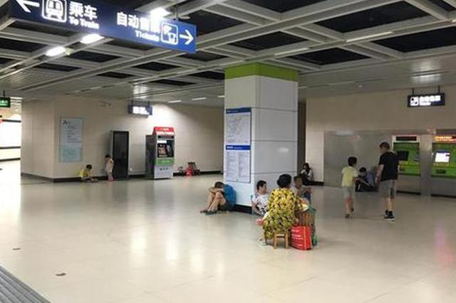 熊孩子地铁站内上窜下跳 工作人员呼吁市民文明纳凉