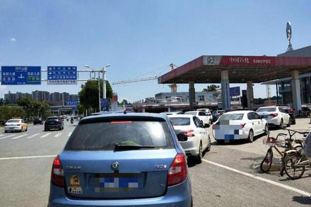 武汉一司机堵塞站内道路遭劝阻 殴打加油员