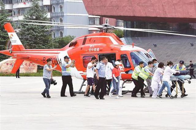 图为:昨日中午12时,转运直升机降落在首义广场