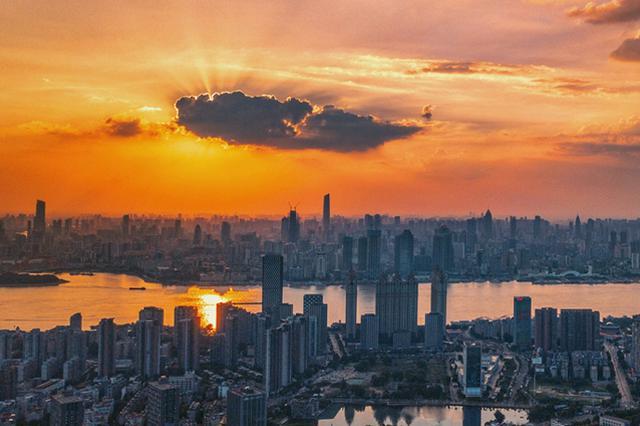 武汉持续高温蓝天刷屏 航拍江城夏日晚霞满天