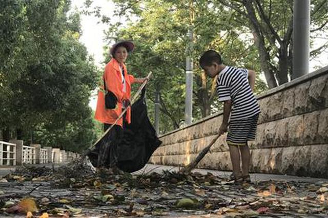 武汉一8岁男孩续3年暑假帮环卫工奶奶晨扫