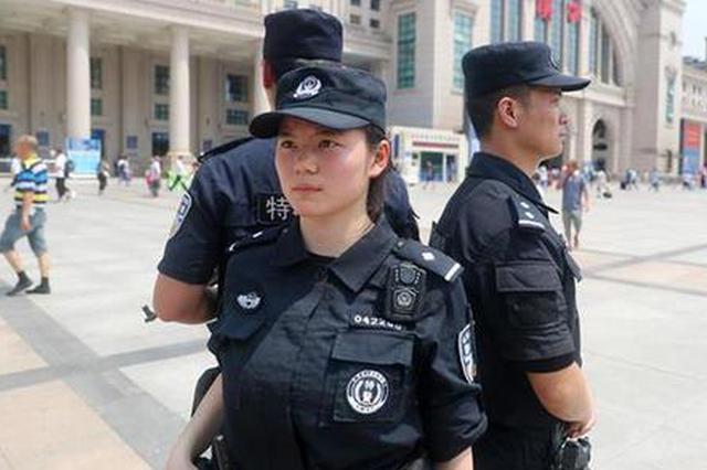 48℃高温 女特警身背10公斤装备挂枪值守汉口火车站