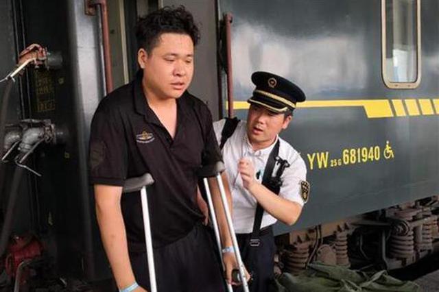 骨折男子乘火车不便 一路遇到好心人热情相助