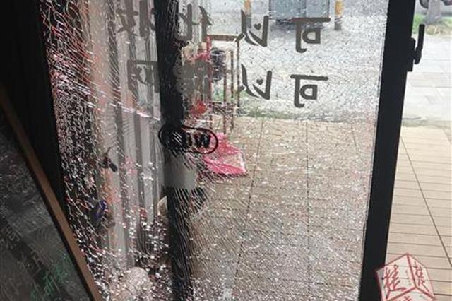 一声爆响!天边莫名飞来钢珠 美甲店玻璃被打碎