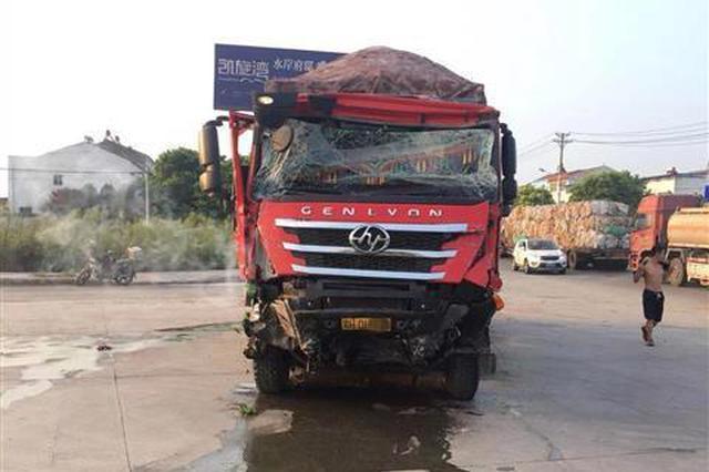 荆门一辆半挂货车追尾公交车致10余人受伤