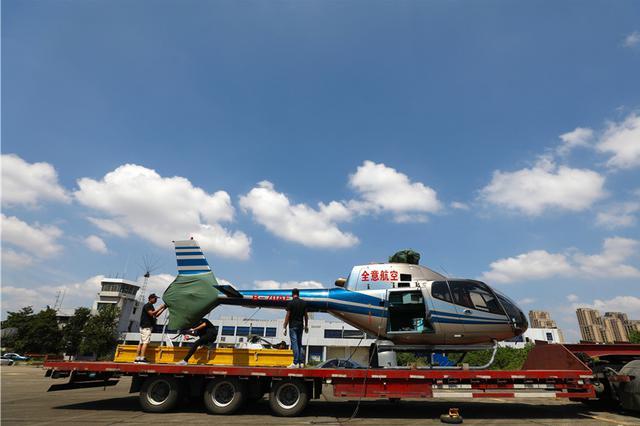 男子在湖北荆州提千万飞机 送给妻子做七夕礼物(图)