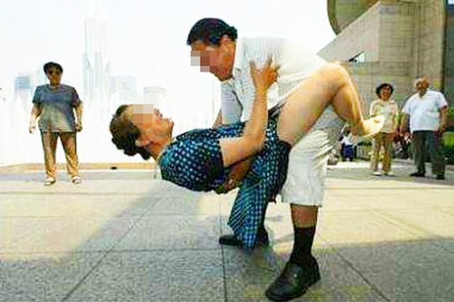 武汉一大妈练舞追求高难度动作 幅度过大直不起腰