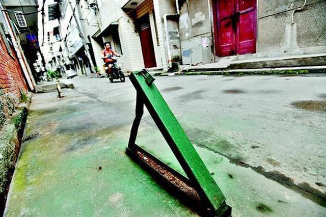 武汉一公共道路私装地锁 女子路过时被绊倒受伤