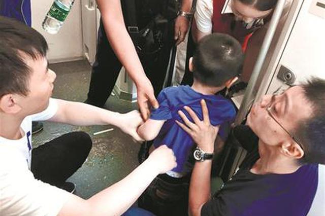6岁男童列车上突发窒息 同车两名医生交替跪地施救