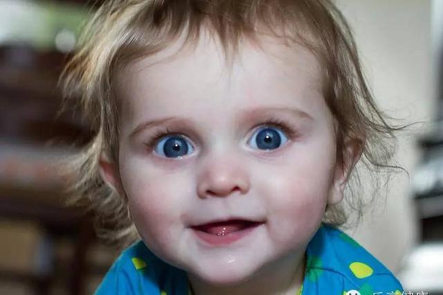 """湖北一婴儿瞳孔发白经常哭闹 原患上""""老年病"""""""
