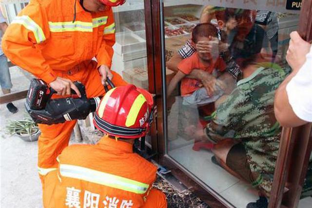 襄阳一男孩手指被卡玻璃门 消防官兵1分钟成功救援