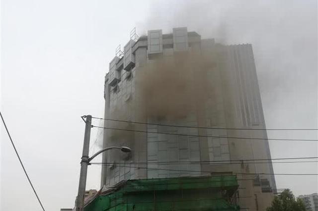 武汉一在装楼房发生火灾 疑因电焊火花所致