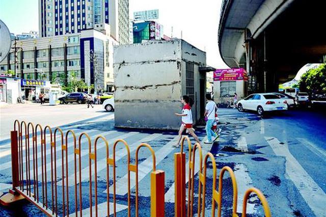 扳道房盘踞路中央 市民质疑给交通添堵希望早日拆除