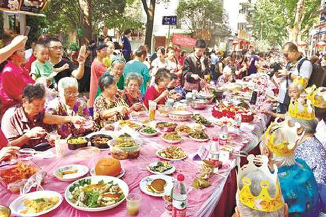 武汉昙华林千家宴居民做1000多道菜摆满百米长桌