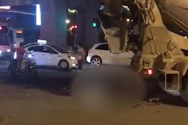 水泥搅拌车撞上骑电动车母女 小女孩不幸当场身亡