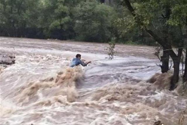 """恩施三男子驾车过河不料河水暴涨 被困""""孤岛"""""""