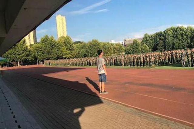 武汉一辅导员走红校园: 1天走2万多步陪学生挨晒