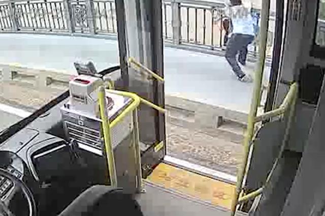 武汉电车司机没能拉住轻生青年 伤心不已桥上徘徊许久