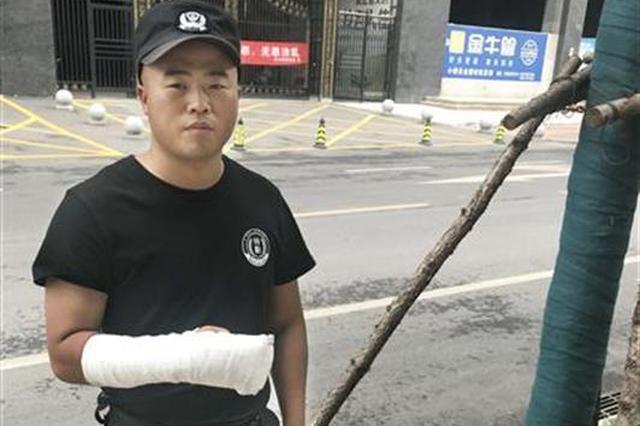 老人发病倒地 保安上前扶起却遭攻击致手指肌腱断裂
