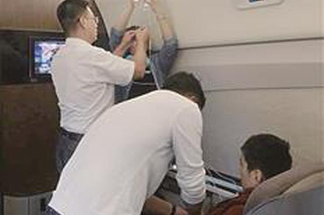 心脏病少年打吊瓶坐火车去北京求医 武汉医生一路看护